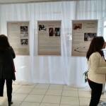 A esquerda  Sandra Caponi prestigiando a exposição